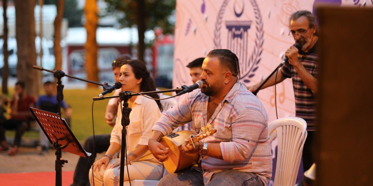Cinnet Getiren Rus Genç, Ailesini Baltayla Katletti